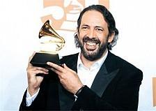 Juan Luis Guerra exhibe el máximo premio de la Academia de la Grabación Latin Grammy al mejor album tropical.