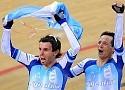 [Foto AFP] La coronación de los ciclistas argentinos Juan Curuchet y Walter Pérez