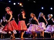 """A Troche y Moche, BALLET 40/90, dirigido por Elsa Agras e integrado por sesenta personas. Desparpajo, humor, buena onda, ganas de """"mover el esqueleto"""". De eso trata el nuevo espectáculo del Ballet 40/90."""