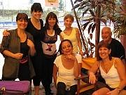 de izq a der : Claudia Sharovsky, Malena Musante, Mónica Güerino, Marta Palamas; sentadas: Perla Ledesma, Virginia Prozzi; y Augusto Lapeyre
