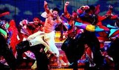 [Foto: JOAN CORTADELLAS] Un momento del electrizante espectáculo Bollywood. The show que anoche se estrenó en el Tívoli.