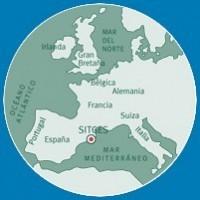 Sitges se encuentra a 36 Km. al sur de Barcelona junto al mar Mediterráneo, protegida por el macizo montañoso del Garraf que le proporciona un microclima excepcional.