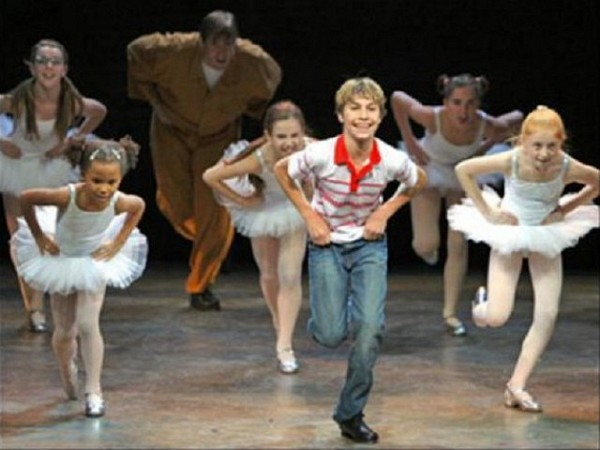 "[photo credit: David Scheinmann]<br>""BILLY ELLIOT, THE MUSICAL"" en cartelera en el Imperial Theatre, 249 de la calle cuarenta y cinco oeste, Nueva York."