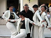 De izquierda a derecha: Mónica Lotártaro, Prof. Alberto Agüero, Celia Tazelaar, Graciela Giannotti y agachada: Carina Giulietti. [Foto Sergio Elfman]