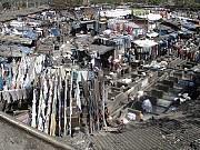 """India.Un inmensísimo lavadero público en las orillas del río en Mumbai, donde toda la ciudad (12 millones de habitantes) puede enviar su ropa a lavar y el milagro es que el """"delivery"""" de ida y vuelta dicen que funciona a la perfección, sin errores ni equivocaciones.[Foto Ariel Lichtig]"""