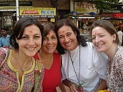 """IndiaEn una mostramos a las damas del grupo con el lunar en la frente que les hicieron en la """"puja"""" del templo de Ganesh (dios hindú mitad humano y mitad elefante) en el rito del conienzo del periplo para vencer los obstáculos de nuestro viaje.[Foto Ariel Lichtig]"""