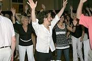 Cena y Baile viernes 28diciembre2007, en Geba San Martín [Foto Cristina Rivera]. Charly dirigiendo una coreo a grupo de bailadores de Geba.