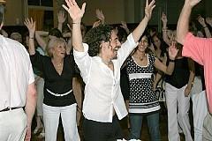 Cena y Baile viernes 28diciembre2007, en Geba San Martín [Foto Cristina Rivera].Charly dirigiendo una coreo a grupo de bailadores de Geba.