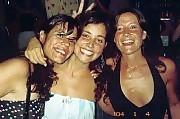 La Reina Sol Maldonado, irradiando alegría, con dos princesas acompañantes.